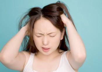 不快な症状に悩まされる女性